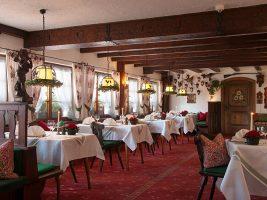 Gastraum des hoteleigenen Restaurants im schwarzwälder Stil