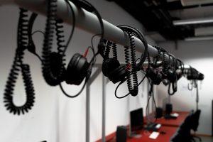 Bild von Kopfhörern im Audio Produktions Studio