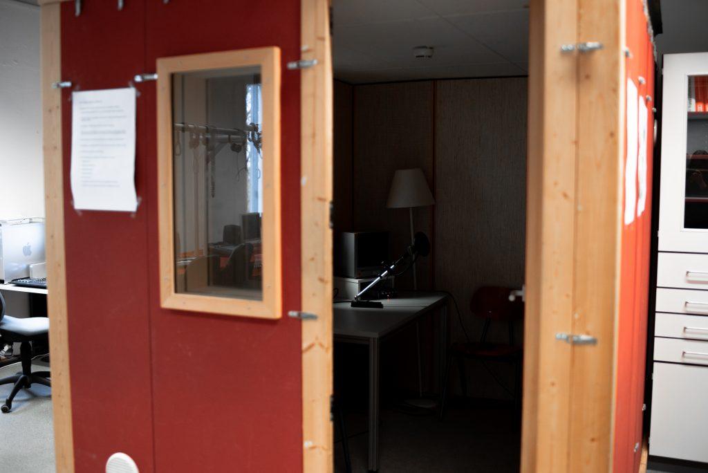 Ein Bild von der Aufnahmekabine aus dem Audio Produktions Studio