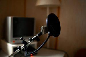 Ein bild von dem Mikrofon in der Aufnahmekabine