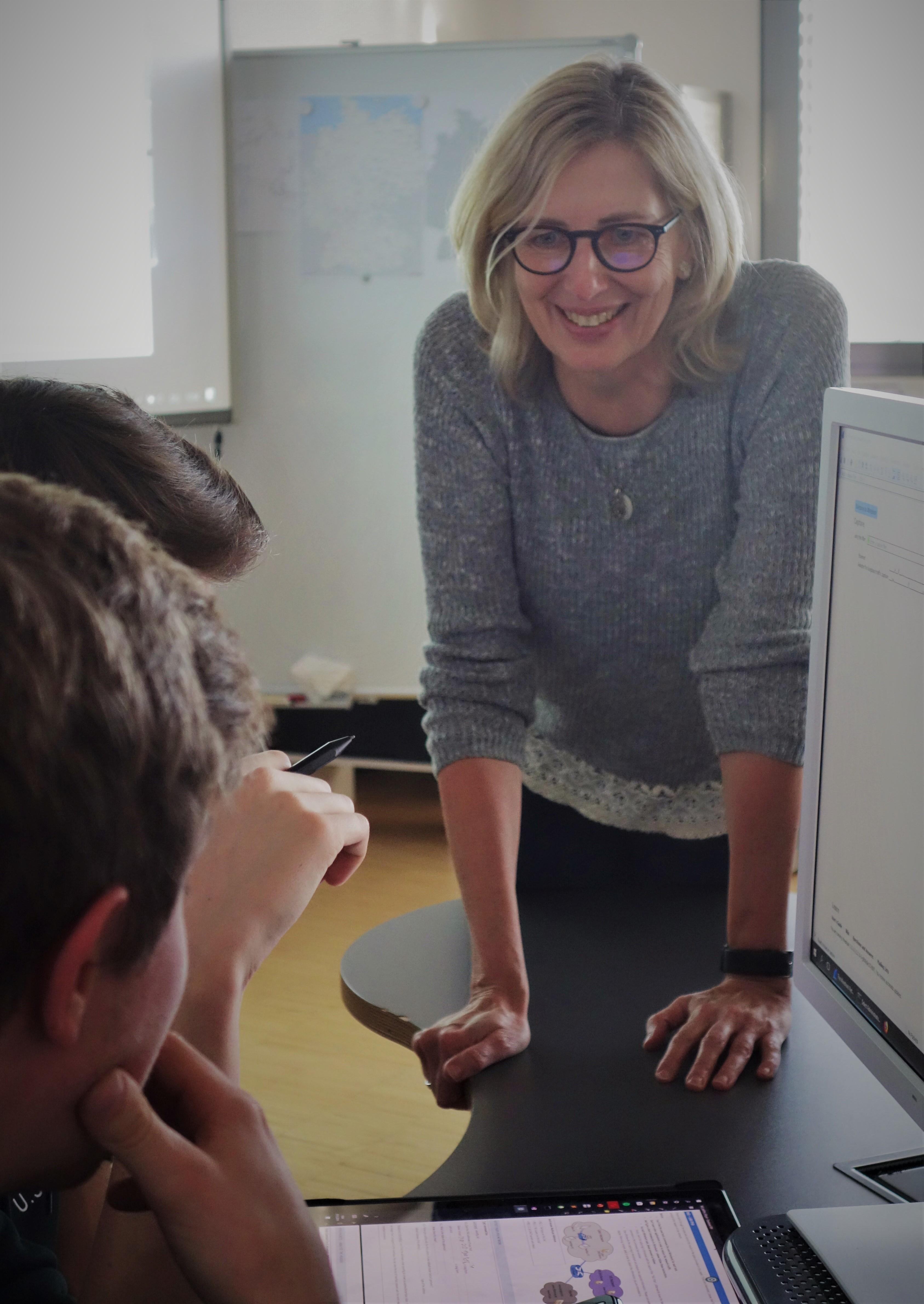 Claudia Schmidt bei der Betreuung von Studenten